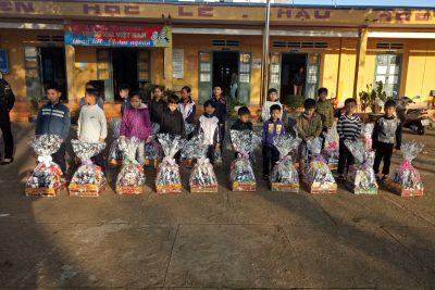 Tặng quà gia đình chính sách và học sinh nghèo nhân dịp tết Canh Tý 2020